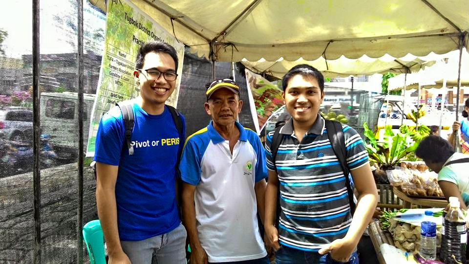 Team HeatStress with Ranulfo Gianoche Sr., one of the Farmers they interviewed in an annual farmers gathering in Davao Region exposing the fruitage of their organing farming.